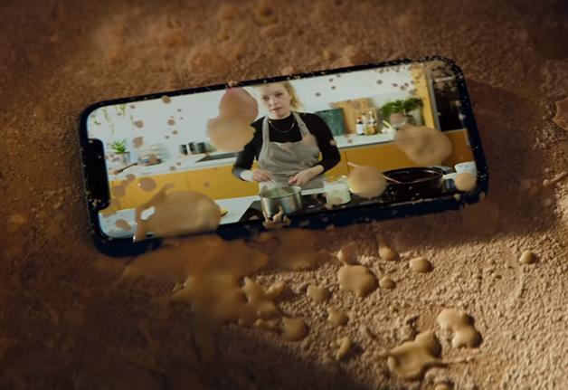 iPhone 12 sujo de comida