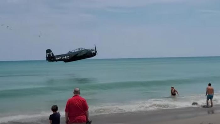 Avião da 2ª Guerra pousa no mar depois de sofrer pane