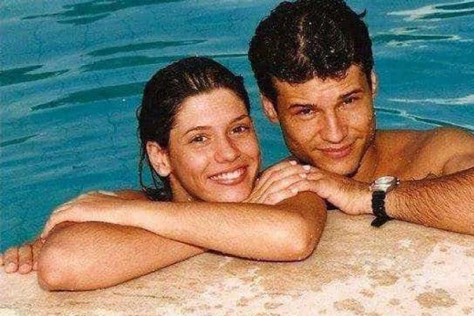 Ex-namorada de Dinho posa ao lado da família de vocalista do Mamonas Assassinas
