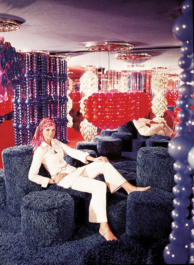 Um impactante interior decorado por Panton em editorial de revista da época