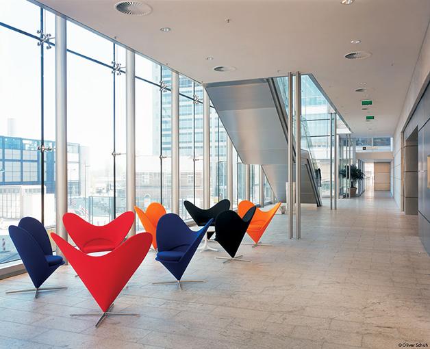 Uma reunião de cadeiras em cone