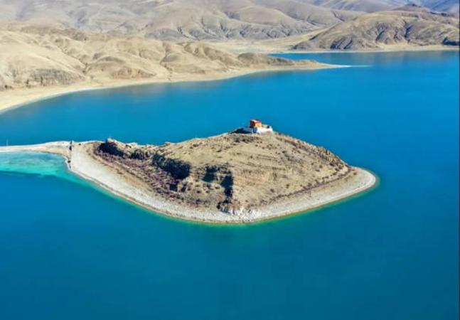 O monge mais isolado do Tibet vive sozinho nesta pequena península