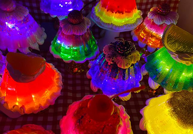 Gelatinas recheadas se transformam em luminárias kitsch nas mãos de artista mexicana