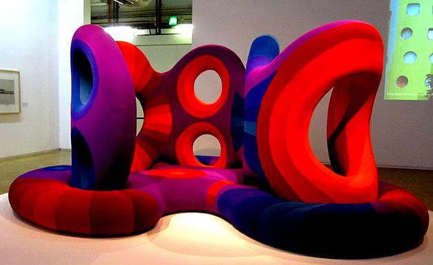 Outro sofá futurista exposto em um museu