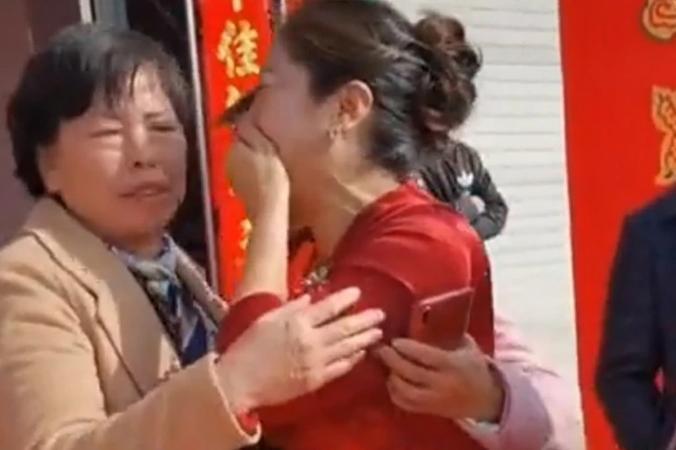 Noiva se choca ao descobrir, durante cerimônia de casamento, que sogra é sua mãe