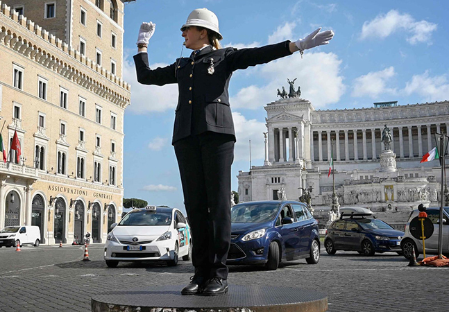 Roma finalmente terá 1ªcontroladora de tráfego mulher sobre a icônica plataforma da Pizza Venezia