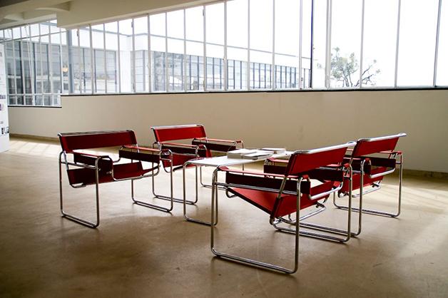 """As icônicas """"Cadeiras Wassily"""", desenhadas por Marcel Breuer na Bauhaus em 1925"""