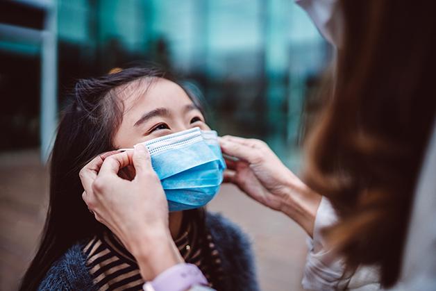 Criança vestindo máscara