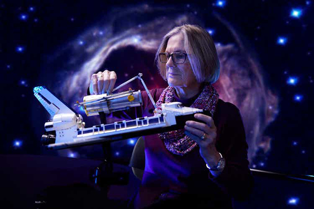 A astronauta Kathy Sullivan com a réplica da LEGO