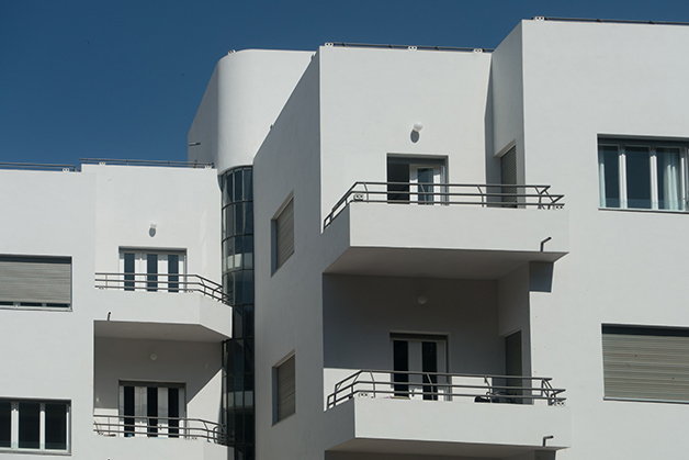 Edifício em Tel Aviv desenhando sob influência da Bauhaus