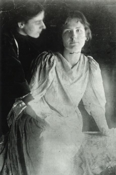 Marion Mahony (à esquerda) e Catherine Wright, esposa de Frank Lloyd Wright, por volta de 1907.