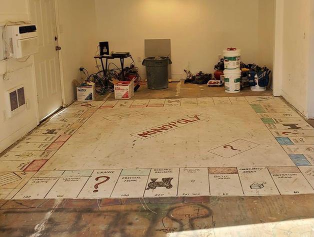 tabuleiro descoberto sob o carpete