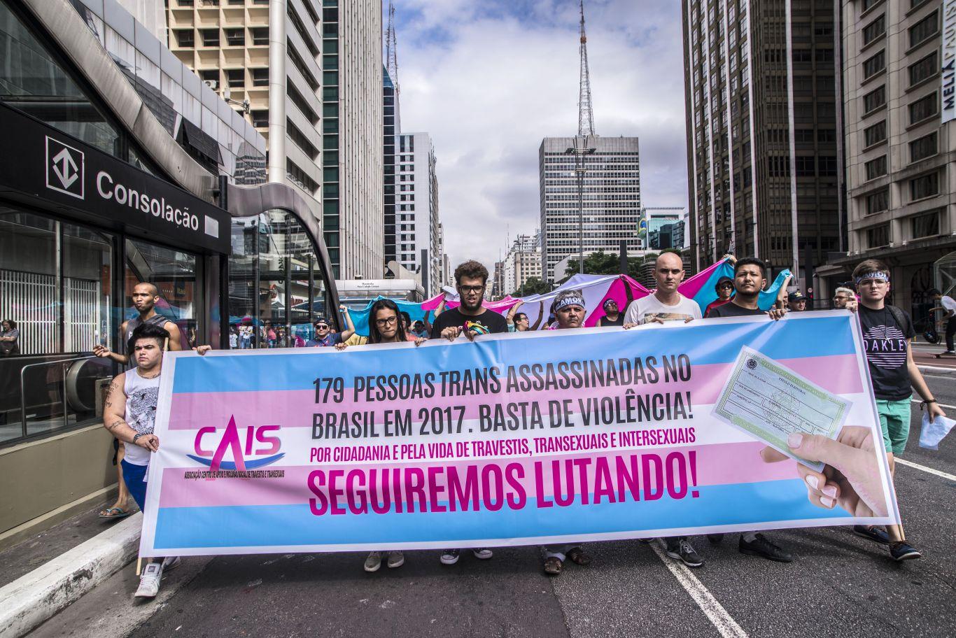 Ativistas trans protestam contra a violência