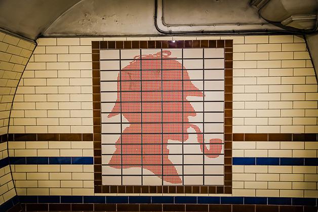Parede da estação de Baker Street, em Londres