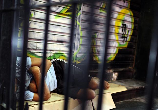 Prefeito de Curitiba propõe multa para quem der comida aos sem-teto sem autorização