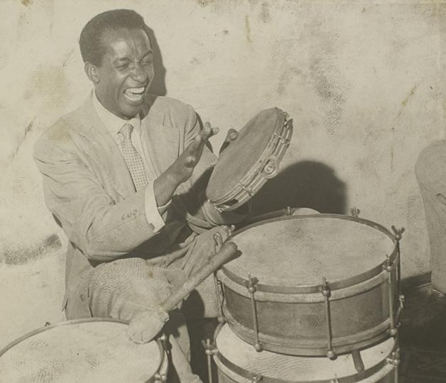 Ismael Silva tocando pandeiro