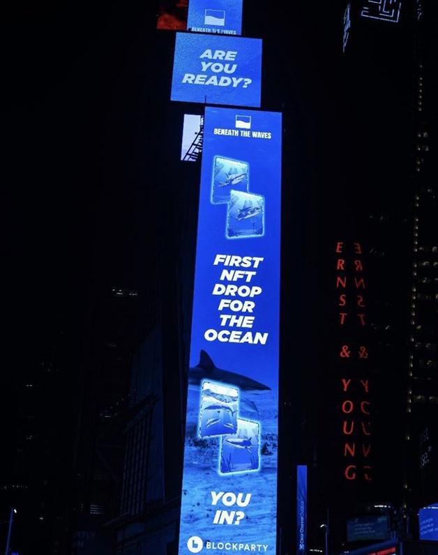 NFT da ONG Beneath the Waves em divulgação no Times Square