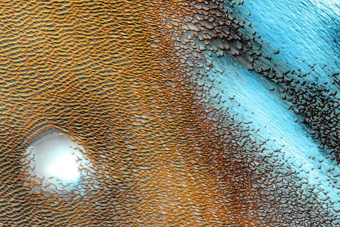 Marte tem dunas azuis e amarelas destacadas em fotos divulgadas pela Nasa