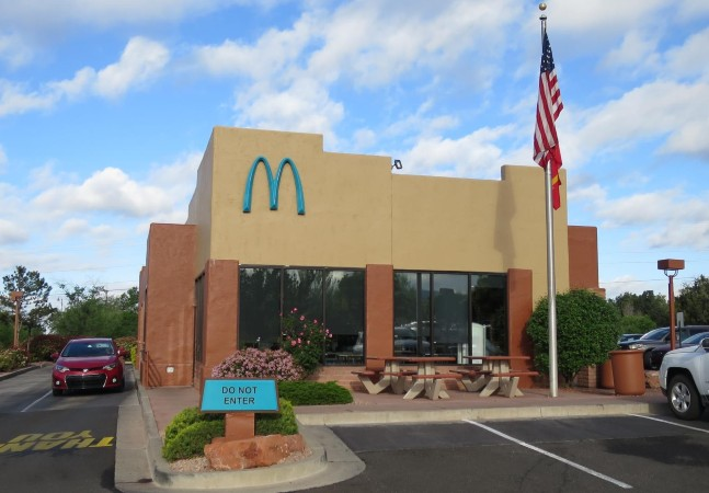 McDonald's tem loja única com arcos pintados de azul