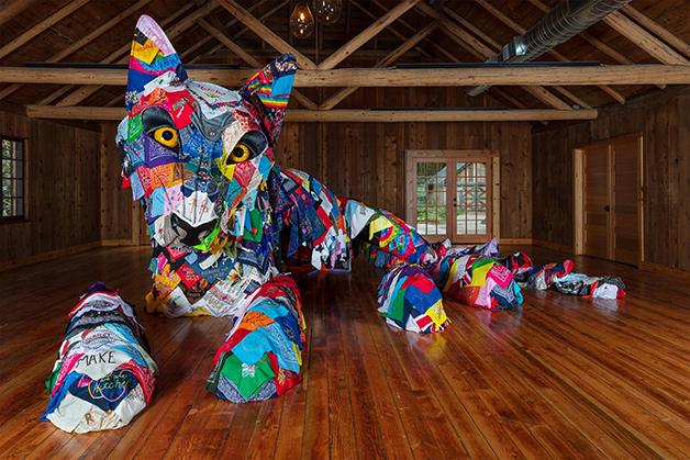 """Each/Other,"", escultura de 2021 feita com 700 bandanas por parceria entre Marie Watt e Cannupa Hanska Luger"