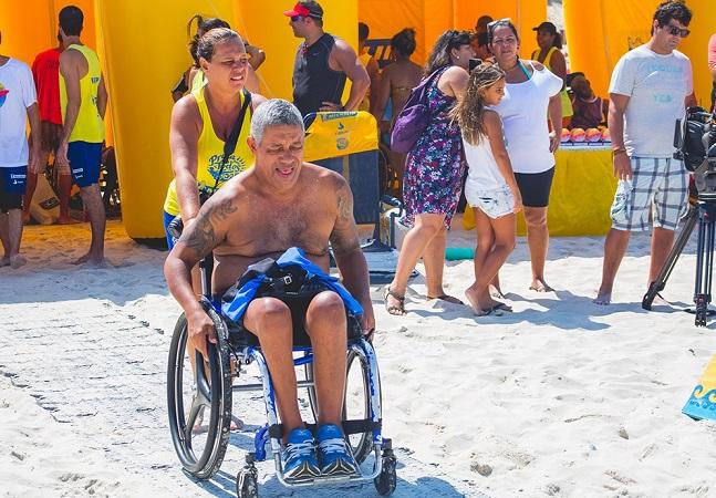 Tapete prático garante praia acessível para cadeirantes