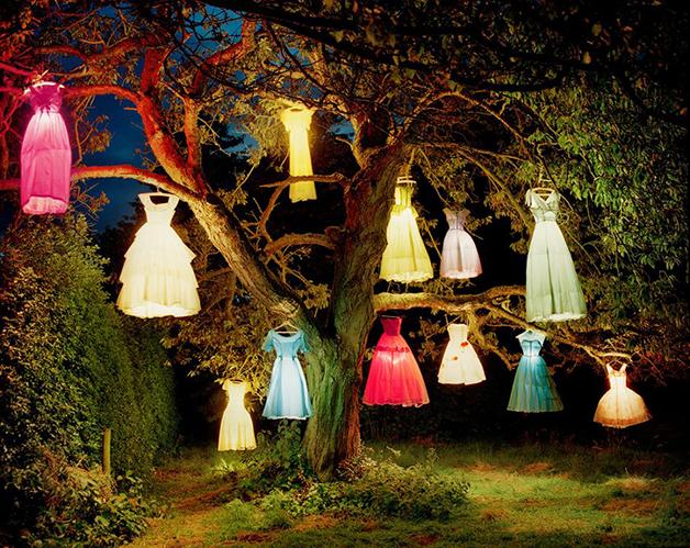 """""""The Dress-Lamp Tree"""" (A árvore de vestidos-luminária, em tradução livre), foto de Tim Walker"""