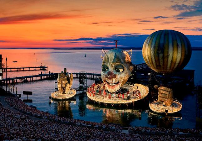 Festival de ópera na Áustria transforma o palco em uma gigante – e flutuante – obra de arte