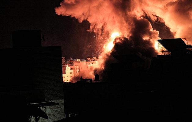 Imensas explosões vêm assolando dia e noite na região de Gaza