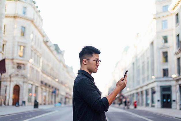 Homem olhando telefone