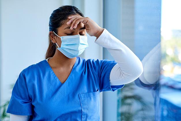 Enfermeira exausta pelo trabalho