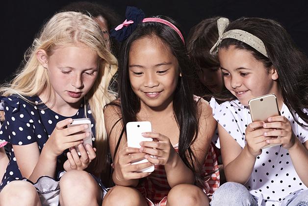 Crianças olhando telefone
