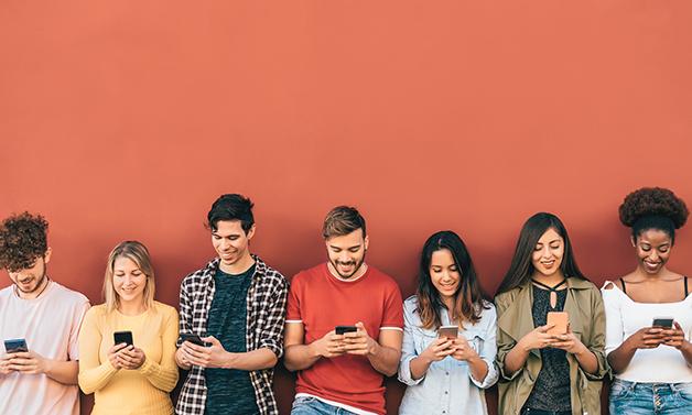 Jovens olhando seus aparelhos