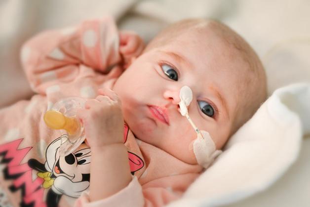 A pequena Naiara se recupera na enfermaria após a complexa cirurgia