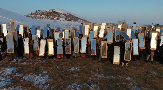 """Mirror Shield Project"", (Projeto escudo de espelho), de Cannupa Hanska Luger (2016)"