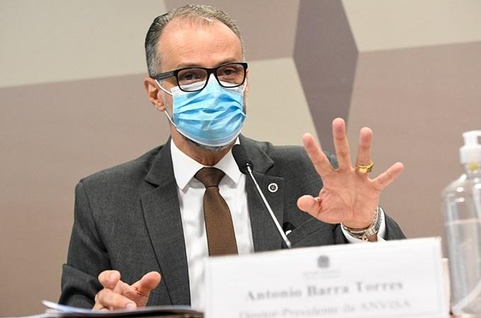 Presidente da Anvisa se arrepende de ato sem máscara ao lado de Bolsonaro