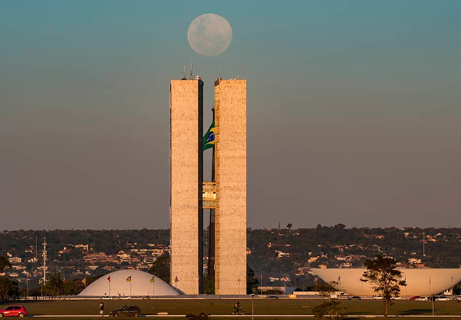 Superlua de sangue registrada em vídeo exuberante do céu de Brasília
