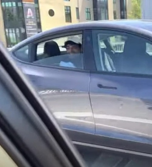 Ele ficou no banco de trás de carro sem motorista e acabou preso