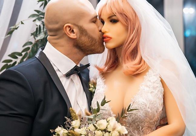 Homem diz sofrer preconceito por se casar com boneca sexual