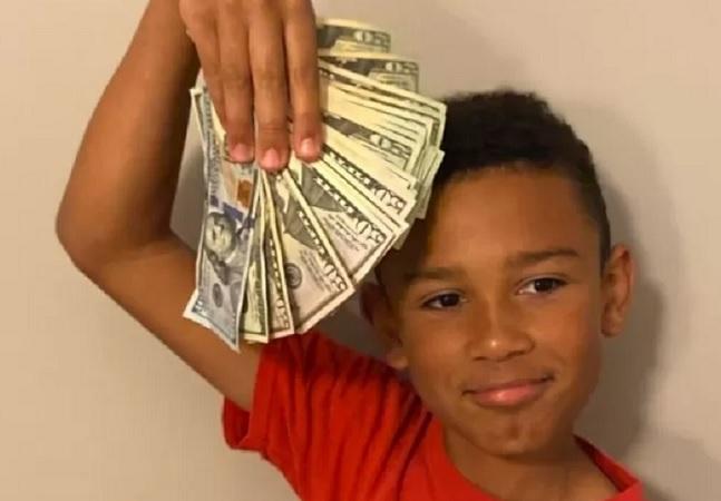 Garoto de 9 anos encontra quase R$ 30 mil ao limpar carro novo da família