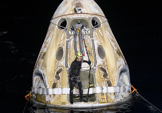 Astronautas da Nasa retornam à Terra após 6 meses; veja vídeo de histórico pouso no mar