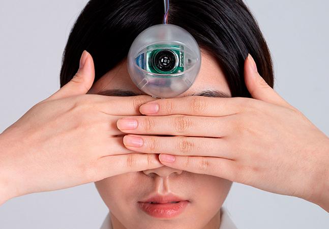 Designer cria '3º olho' que permite que você ande digitando no celular sem cair