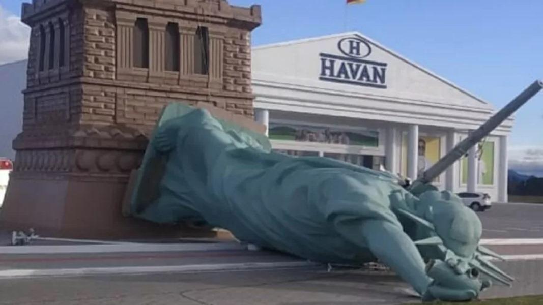 Estátua da Liberdade da Havan cai de cabeça e gera memes nas redes