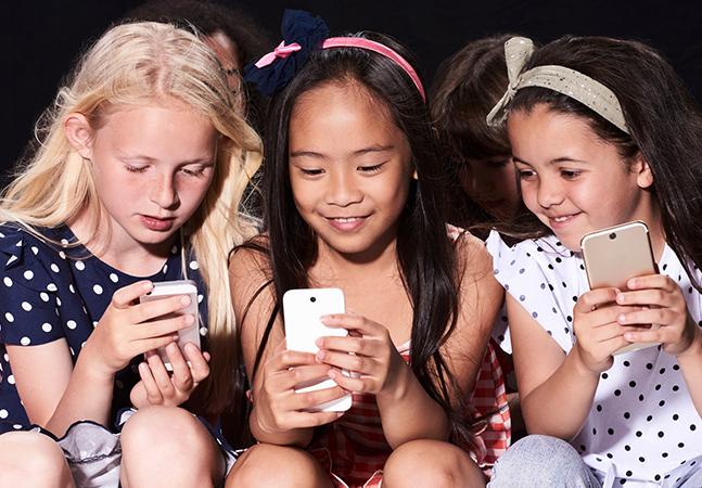 Checar o celular tem efeito tão contagioso quanto bocejo, diz pesquisa