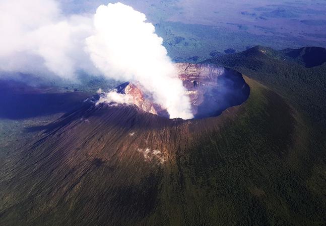 Vulcão em erupção provoca grande evacuação no Congo