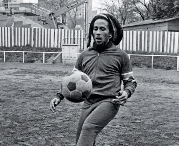 Bob Marley jogando futebol