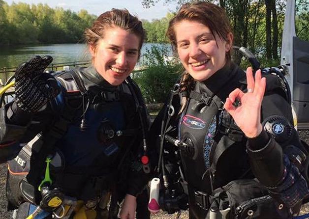 Georgia (à direita) ajudou a salvar a irmã Melissa (à esquerda) do ataque socando o animal