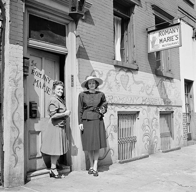 Romany Marie: Marchand em 1947, diante de seu bar