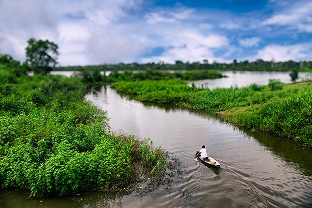 Pescador em braço do rio Amazonas, no Peru