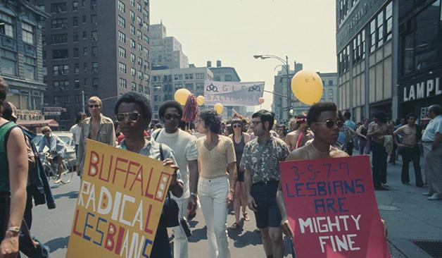 Cartazes da causa lésbica na parada em Nova York em 1971