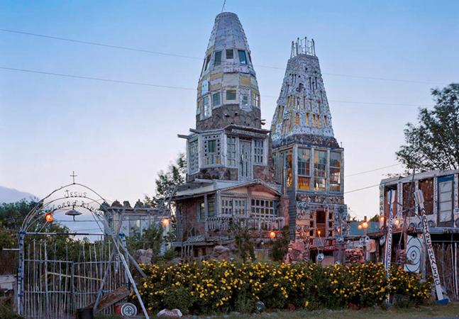 Artista cria castelo com pedras, latas e outros materiais reutilizados como um monumento no Colorado